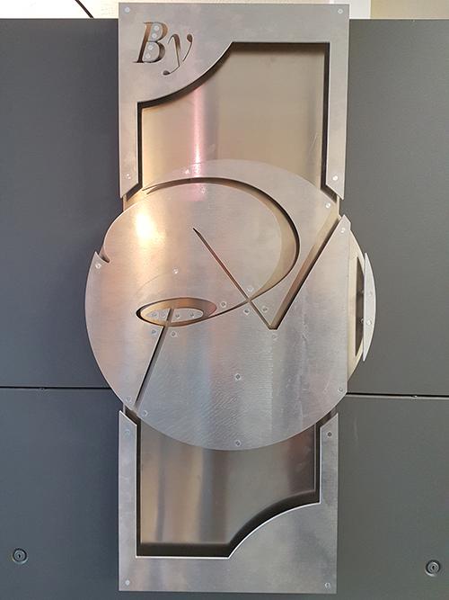 enseigne et logo en métal